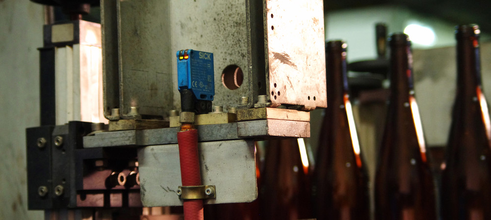 Photoelectric sensors in a hot glass production line